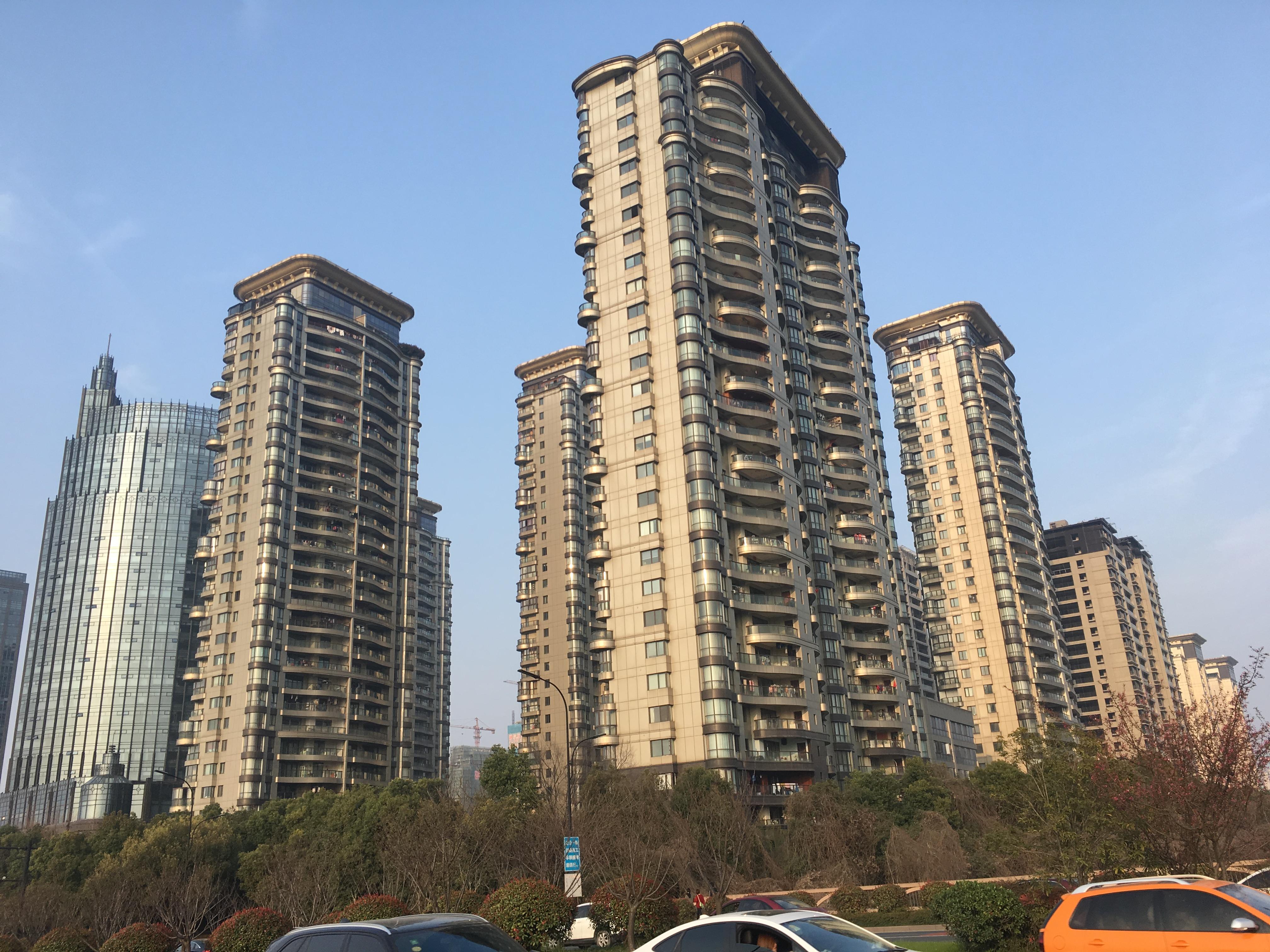 东方一品商铺只卖16500元方,一到三层四本房产证,合计1273平方,房东承担自己的税,建设一路地铁口