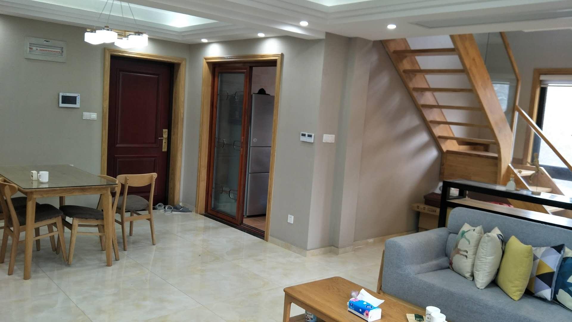 大边套,115方loft户型,买一层送一层。现代风格装修,产证满2年。