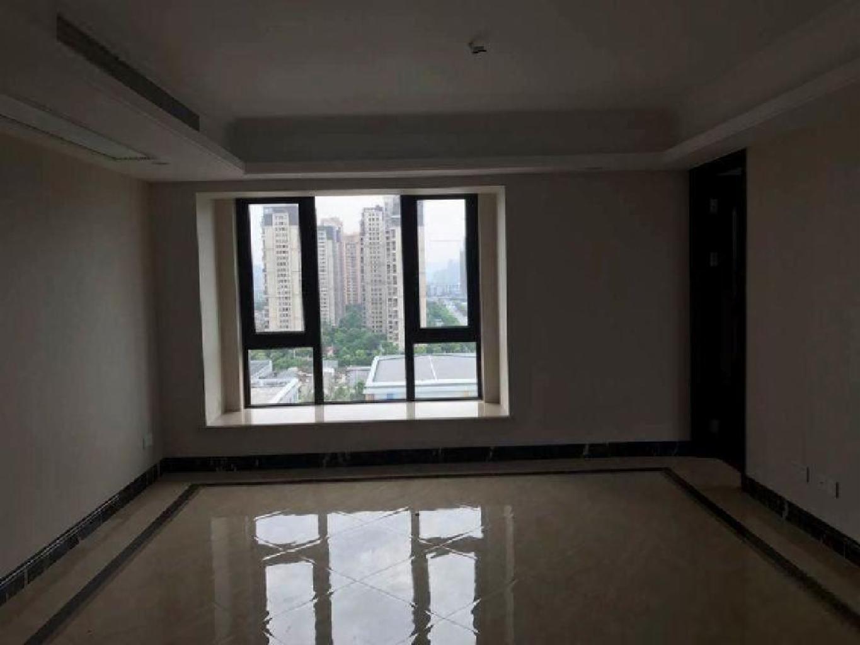 东边套四房,赠送34方,有车位,开发商统一精装修,诚心卖